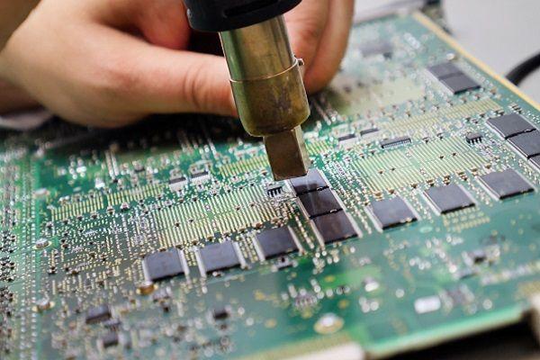 Servoazionamenti Lenze serie EVS 93: scegli Renovis per riparazioni e l'acquisto di componenti ricondizionati